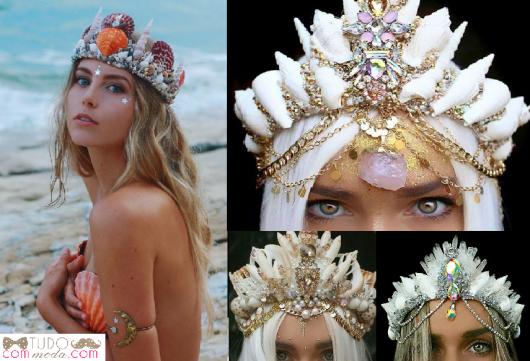 Modelos de coroa de sereia com pedrarias, nas cores laranja, branco e rosa, branco e bege e branco com pedras transparentes.