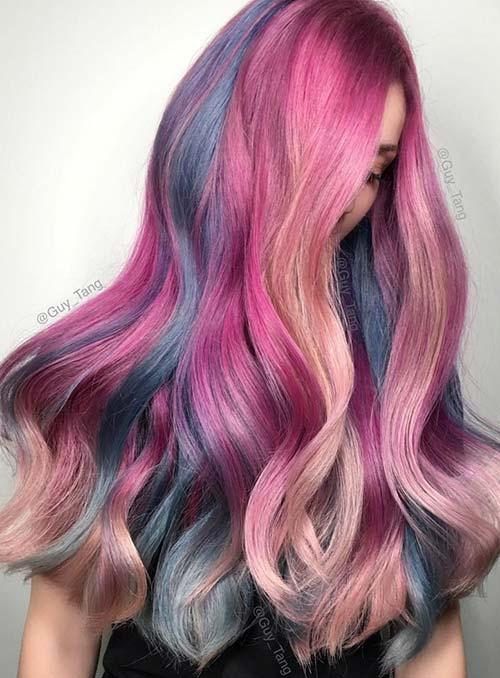 Cabelo colorido com tons de rosa e azul.