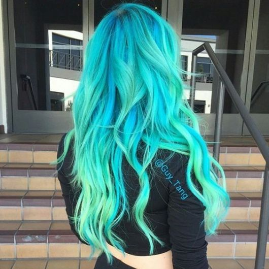 Cabelo azul-turquesa ondulado.