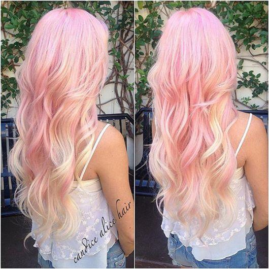 Cabelo colorido em tons de rosa claro.