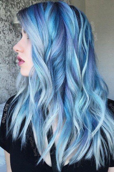 Modelo com cabelo azul mais escuro. com fundo platinado.
