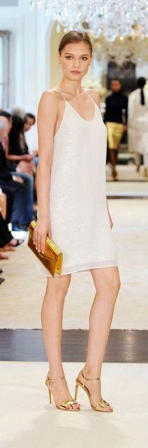 Look com vestido branco de alcinha, sandália e bolsa dourada.