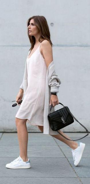 Look com vestido branco, sobreposição de casaco cinza e tênis branco.