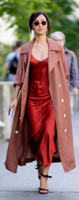 Look com vestido vermelho de alcinhas finas, com sobre-tudo e sandália preta.