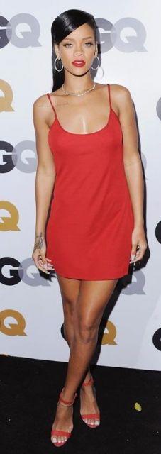 Rihanna veste vestido slip dress curto no tom vermelho e sandália na mesma cor.