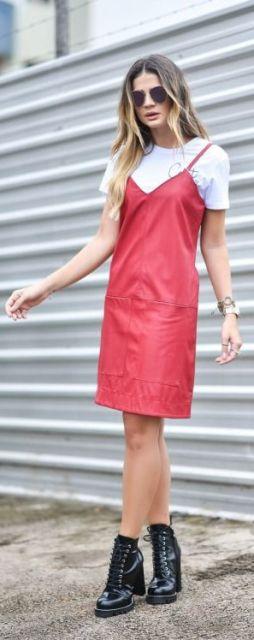 Thassia Naves veste vestido vermelho com camiseta branca e sapato salto tratorado preto.
