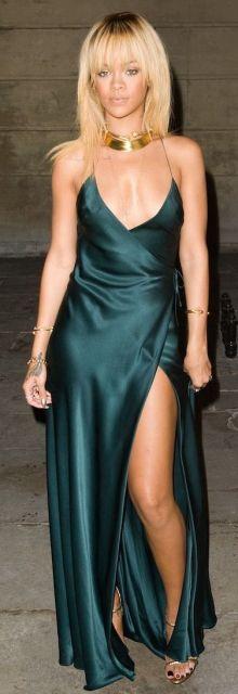 Rihanna veste vestido slip dress longo com fenda e sandália dourada.