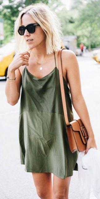 Look com vestido de alcinha curto e bolsa de ombro na cor terra.