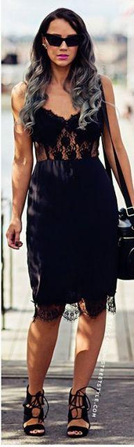 Look com vestido de alcinhas todo em renda, bolsa preta de ombro e sandália de salto com amarrações.