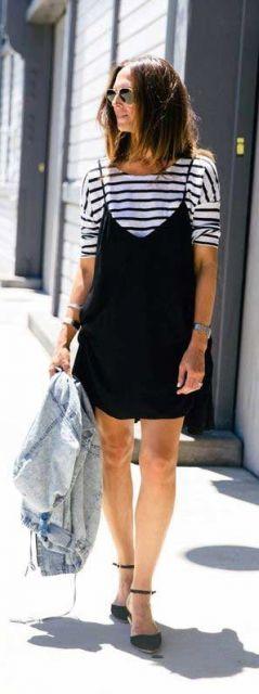 Look com vestido preto de alcinhas e camiseta listrada de preto e branco e espadrille.