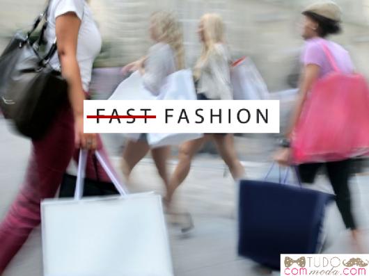 Ilustração com pessoas carregando sacolas de compras.