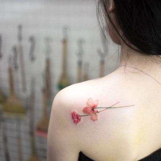 tatuagem flor colorida ombro