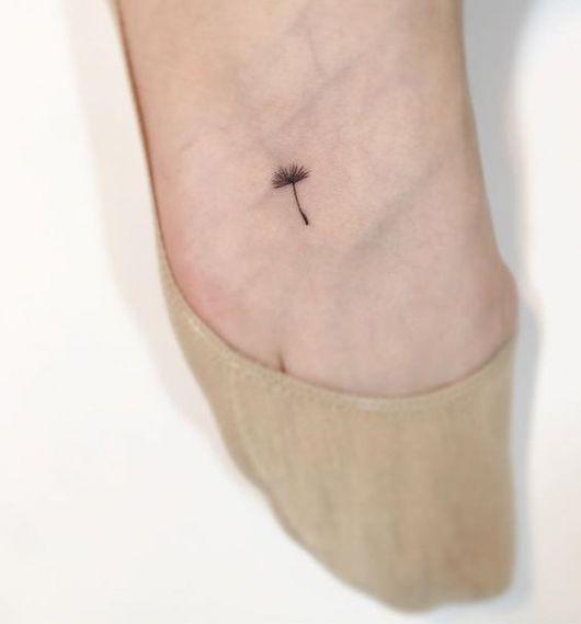 tatuagem dente de leão pé