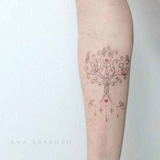 tatuagem de árvore da vida com apenas as folhas coloridas