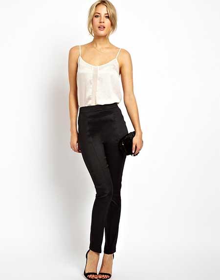 Modelo usa calça preta, blusinha de alcinha e sandalia preta.