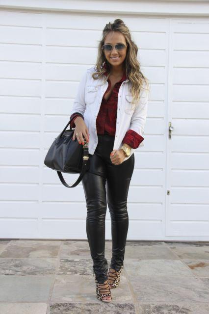 Modelo veste calça de couro,sapato animal print, camisa vermelha , jaquetinha branca e bolsa preta.