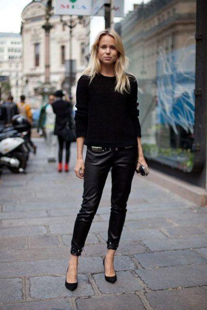 Calça preta de couro, blusa de tricot preta e sapatilha.