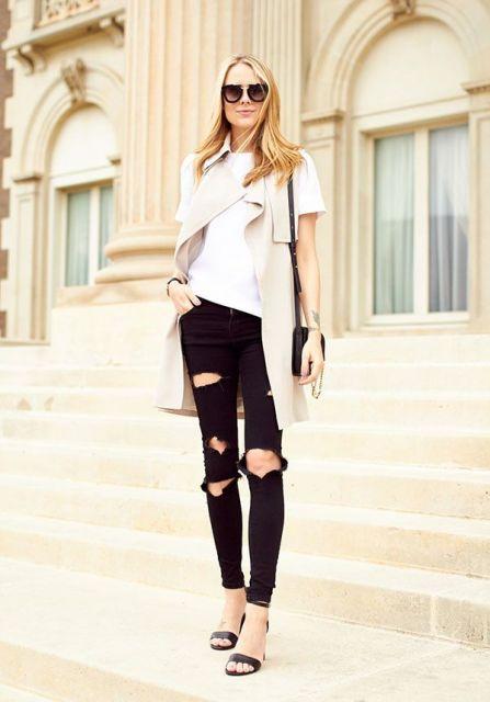 modelo usa calça com rasgos preta, blusa branca, sobreposição em tom gelo e sandalia preta.