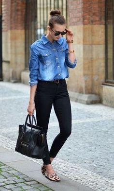 Modelo usa calça preta, camisa jeans e sapatilha estampada.