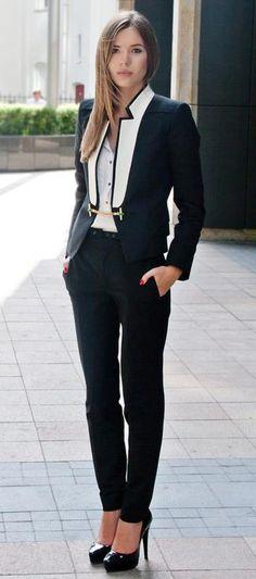 Modelo veste blazer preto, calça preta e sapato boneca preto.