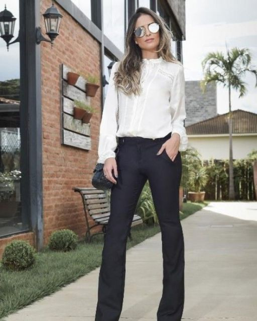 Modelo usa calça social flare preta e chemise branca.