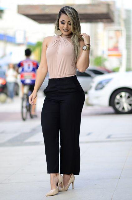 Modelo veste calça preta social, blusa em tom nude e sapato na mesma cor.