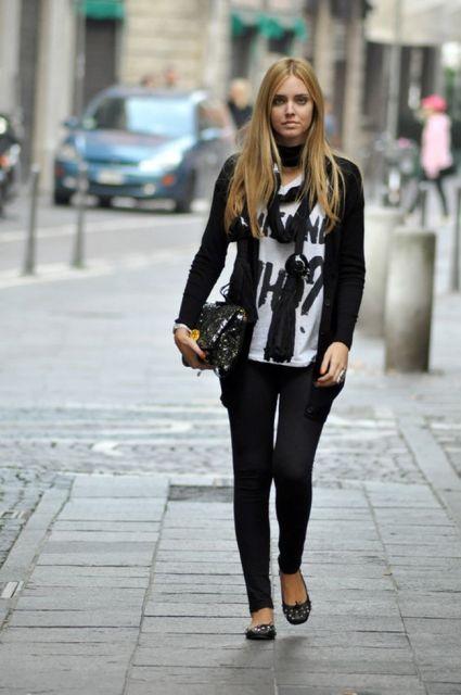 Modelo usa legging preta, sapatilha, blusa estampada e casquinho preto.