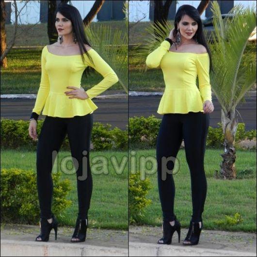 Modelo usa blusa amarela, calça preta montaria e open boot.