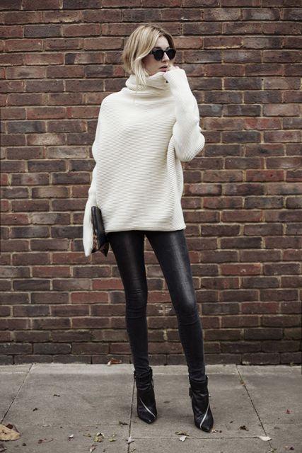 Modelo usa calça preta desbotada, blusa branca gola rolê e sapato preto.