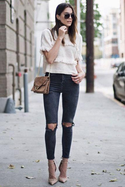 Modelo usa calça preta destroyed desbotada, sapato bege e blusa branca com bolsa bege também.