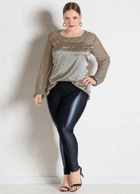 Modelo usa calça montaria, sandalia tiras finas preta, blusa em seda manga longa.