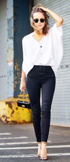 Modelo veste calça preta estilosa, blusa branca e sandália.