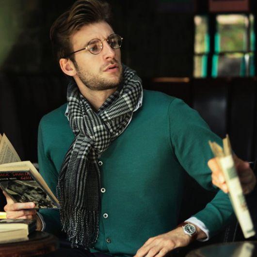Modelo veste casaco verde , e echarpe estampada em preto e branco.