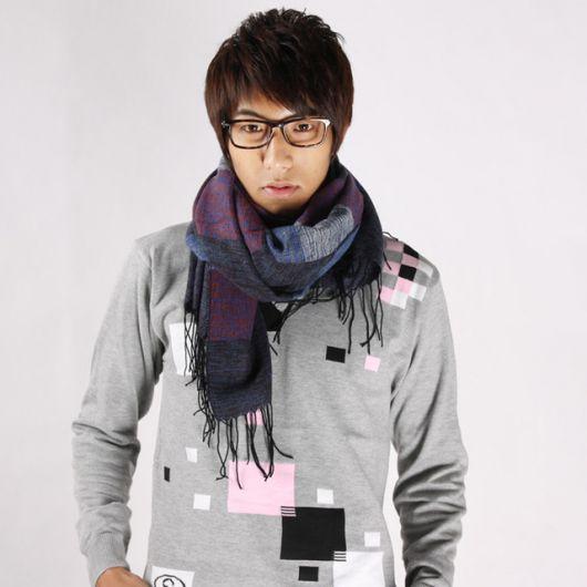 Modelo veste echarpe em tons de roxo, moletom cinza estampado.