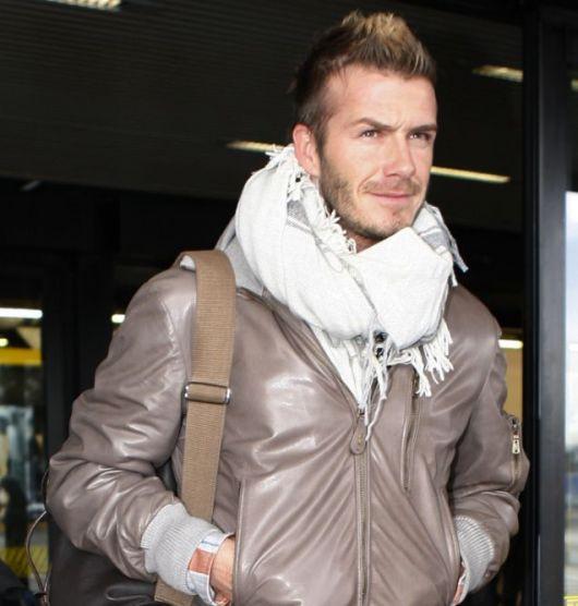David backham veste, echarpe branca e jaqueta de couro.