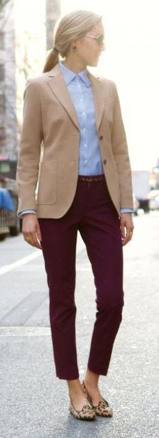 Modelo usa calça vinho, camisa azul, blazzer reto bege e sapatilha de onça