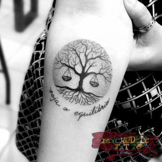 tatuagem de árvore da vida preenchia com fundo pontilhado e balança nos galhos