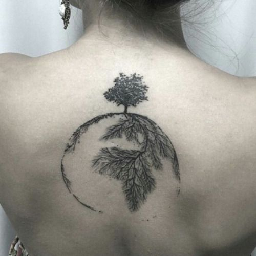 tatuagem de árvore da vida com raízes formando os continentes do planeta