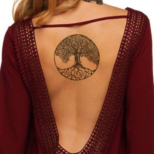 tatuagem de árvore da vida nas costas de mulher