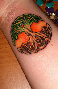 tatuagem de árvore da vida pintada em verde e marrom vibrantes
