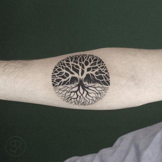 tatuagem de árvore da vida com fundo preto