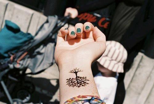 tatuagem de árvore da vida pequena no pulso