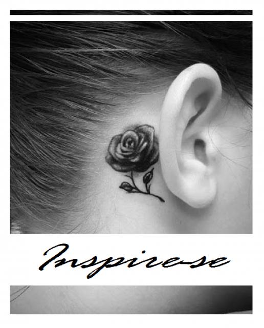 Tatuagem de rosa em foto preto e branca, atras da orelha.