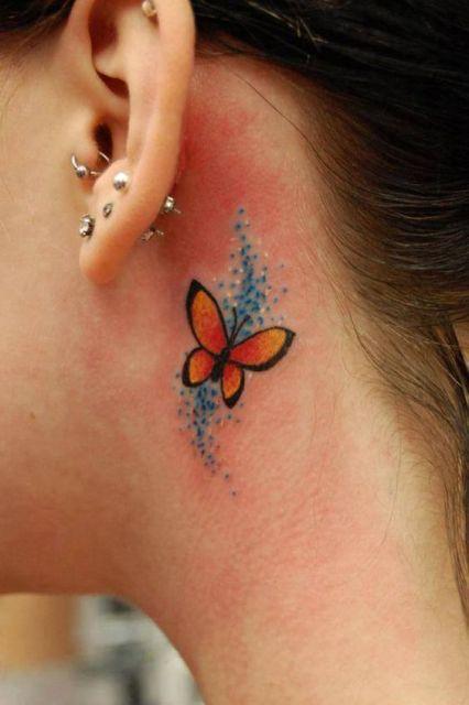 Modelo com tatuagem borboleta colorida, em tons de preto, laranja e azul.