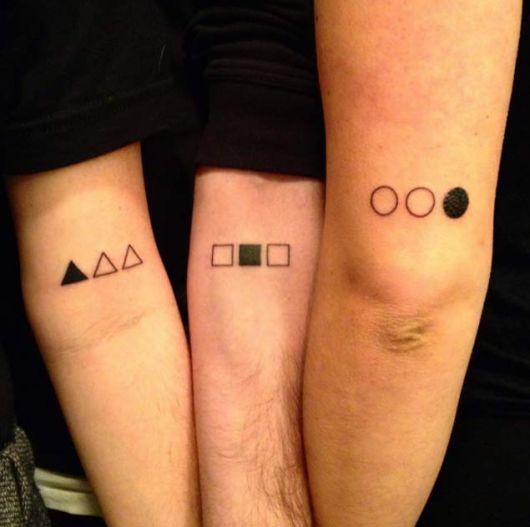 Modelos de tatuagem com figuras, redondas, quadradas e triãngulares.