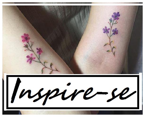Modelo de tatuagem de flores pequenas e delicadas em tom de rosa e roxo.