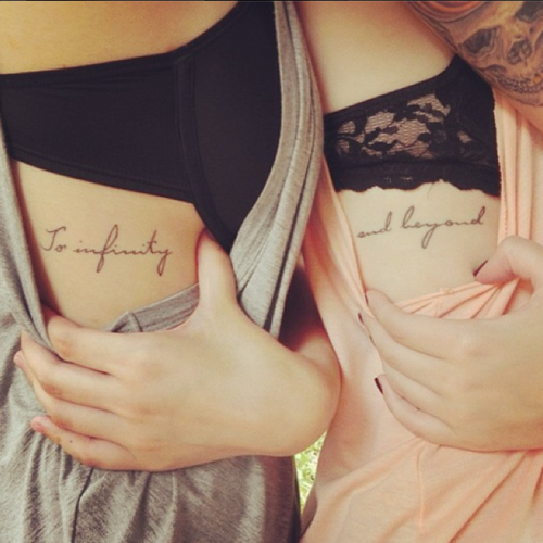 Modelo de tatuagem escrita na costela.