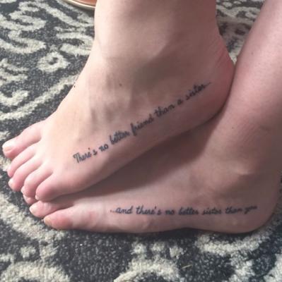 Tatuagem escrita de irmãs localizadas no pé.