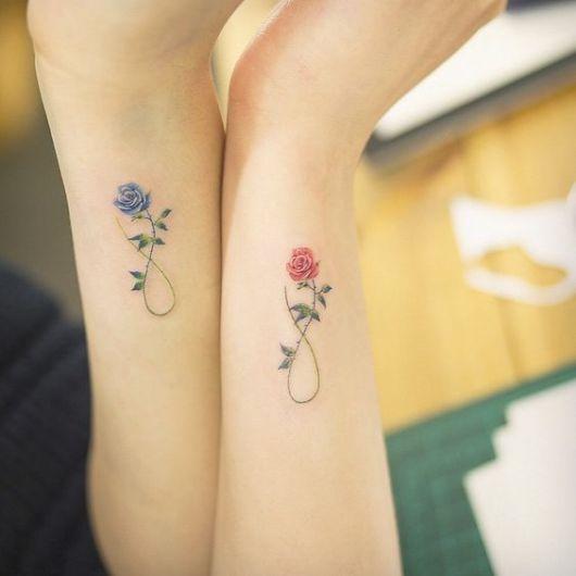 Modelos de tatuagem delicada com rosa e simbolo do infinito, no tom de roxo e vermelho.