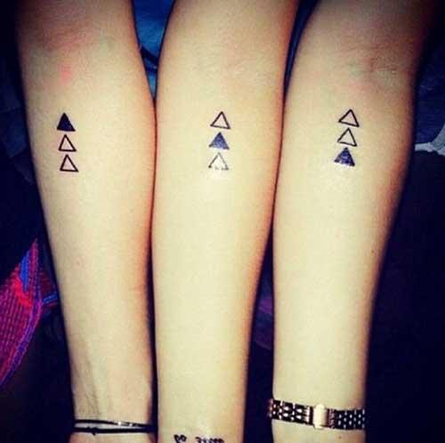 Modelo de tatuagem, com triagulos pequenos.
